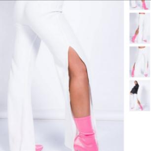 Nya slitsade vita byxor från Madlady! Smått genomskinliga så rätt färg på underkläderna krävs. Aldrig använda och bara legat i garderoben sedan köp. Hoppas de kommer till användning hos ngn annan! Helt i nyskick så lånade bilder från hemsidan-för att se passform. Frakt ingår i priset!