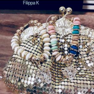 Trendiga sommararmband med gulddetaljer från Spanien💛 En för 30kr elr båda för 50kr Frakt ingår i pris💛