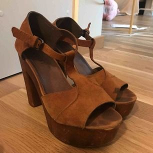 Superfina träskor från Scorett inköpta 2011 för en skolavslutning. Använt dessa skor sparsamt men tappat nå vätska på vänstra skon(bild 3) men kan gå bort med mockarengörning.