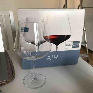 Två snygga vinglas jag fått i present men som inte matchar mina övriga vinglas! Stora i storleken. Köparen betalar frakt eller möts upp!