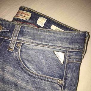 Ett par jeans från Replay,mycket bra skick säljer pga av att dom är för små  köparen står för frakten orginal pris 1200kr