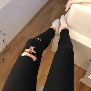 Svarta jeans med slitningar från Pull&Bear. 70kr + frakt, betalning via swish 😀