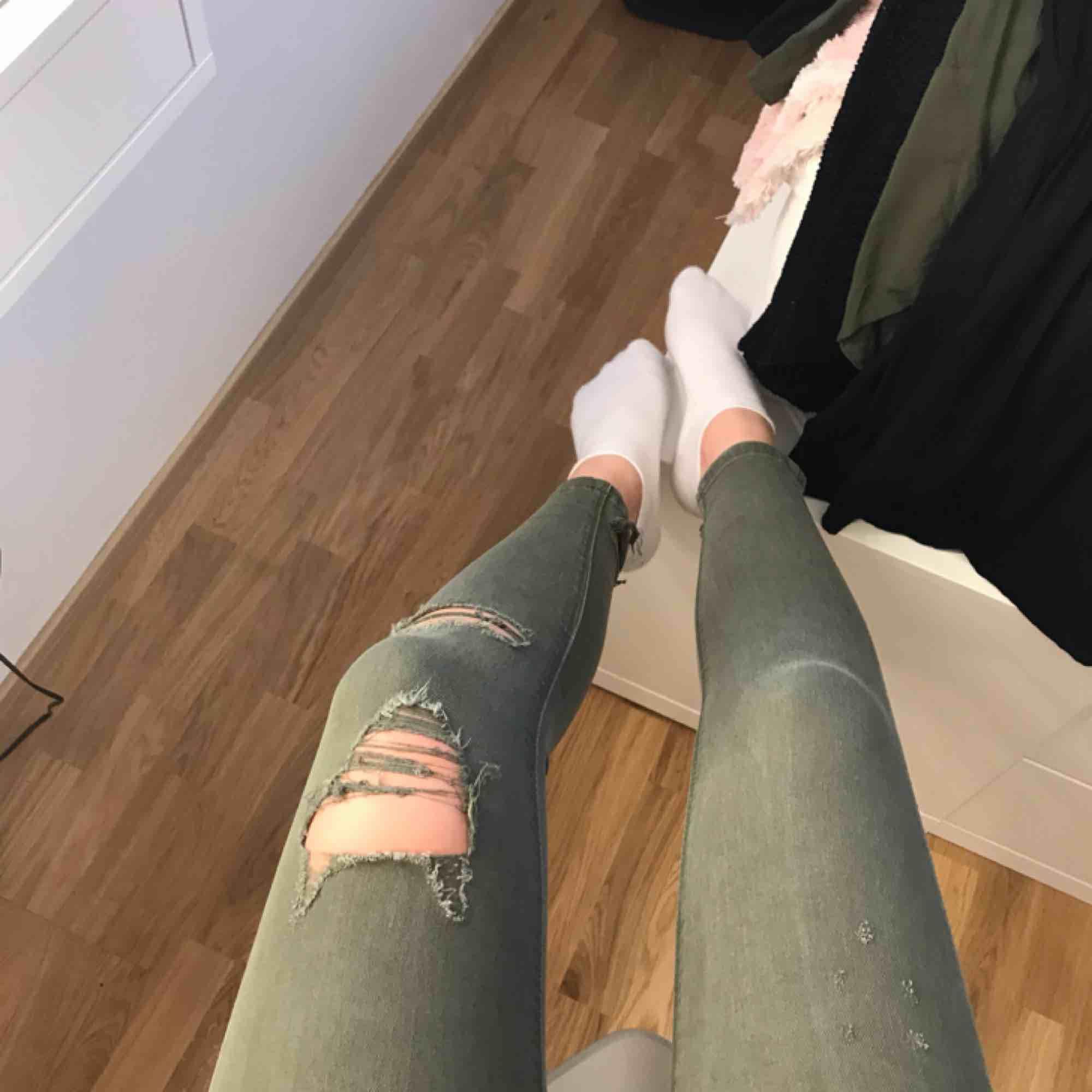 af495dad Grønne jeans med slidt ud. 70kr + forsendelse, betaling via swish ☺ .