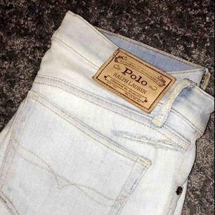 Säljer nu mina snygga håliga jeans från Ralph Lauren. Inte kommit till användning så många gånger pga jag int tycker om låg midjade jeans. Men sitter dock sjukt fint på😍