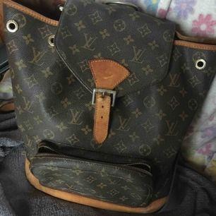 Lv backpack strl GM i gott skick , AAAAA++++ äkta läder Har haft den i många år  Endast seriösa köpare tack
