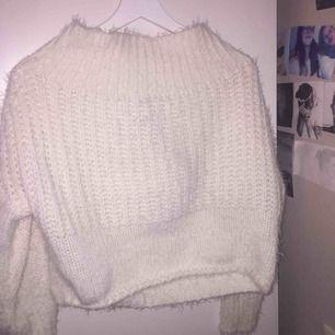 Säljer denna fina offshoulder tröja! Väldigt lurvig och skön nu under vintern!