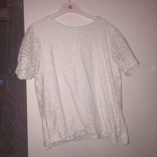 Säljer denna fina detaljerade t-shirten! Väldigt fin ocj lite tjock då det är 2 lager. I väldigt bra skick då jag använt den högst 2 ggr!