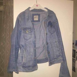 Säljer denna fina jeansjacka! I bra skick, storleken är Medium men passar även en small!