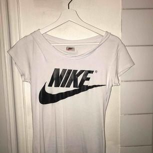 Jag säljer en vit nike tröja i strl sx/S Andvänd endast 1 gång då den är lite fel storlek Köpt i thailand så kan inte garantera att den är äkta