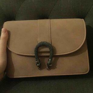 Säljer denna fina handväska från Gina tricot! Ganska stor och får plats med mycket! Lite gucci inspirerat också på låset!