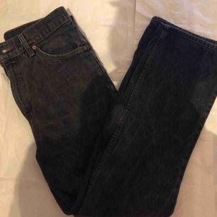 fantastiska Levis svarta jeans! perfekt skick. midja-75cm ~ längd-102cm
