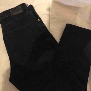 söta svarta trendiga jeans! perfekt skick. midja-72 ~ cm längd-95cm