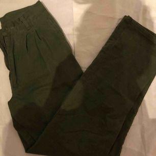 De bästa gröna byxorna någonsin! perfekt skick köpt i second hand. midja-72cm ~ längd-109cm