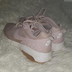 Nike sneakers i en beige/sand färg. Fint skick förutom en