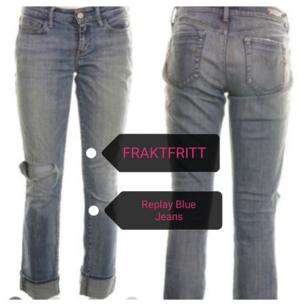 Ursnygga Klassiska Vintage Blue Jeans ca 27/34. Det här är ett par jeans från Replay som är blå och som  har hål på knät som ger en sliten look. Gylfen stängs med hjälp av blixlås och en silverfärgad knapp. 5 fickor finns. Liten metall logotyp fram och på linningen baktill finns en patch med en logotyp. Supersnygga till allt och bekväma. Nypris 1899 kr Säljs 250 kr FRAKTFRITT. Priset kan diskuteras vid en snabb affär. Avhämtning i Södertälje centrum /Skickar fraktfritt. Swish.Titta gärna på mina andra annonser. 10 %av det jag säljer ger jag till välgörenhet genom targetaid.com skickar screenshot med donationen.