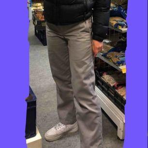Säljer ett par dickies byxor som jag köpte i somras för ca 500kr om jag minns rätt, byxorna är använda men de är i fint skick 💕 något noppriga på ena sidan (se bilden ovanför) Finns i Falun men kan annars skicka mot fraktkostnad 😊
