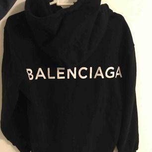 Helt ny unik Balenciaga hoodie, kopia men precis som den äkta! Säljs pga ingen användning! ☺️ (inköpt väldigt dyrt)