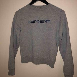 Säljer en fin carharrt tröja som jag köpte här på Plick för ett tag sedan, men jag säljer den pågrund av att den är lite för liten ☹️ Finns i Falun men kan annars skicka den mot fraktkostnad 💕