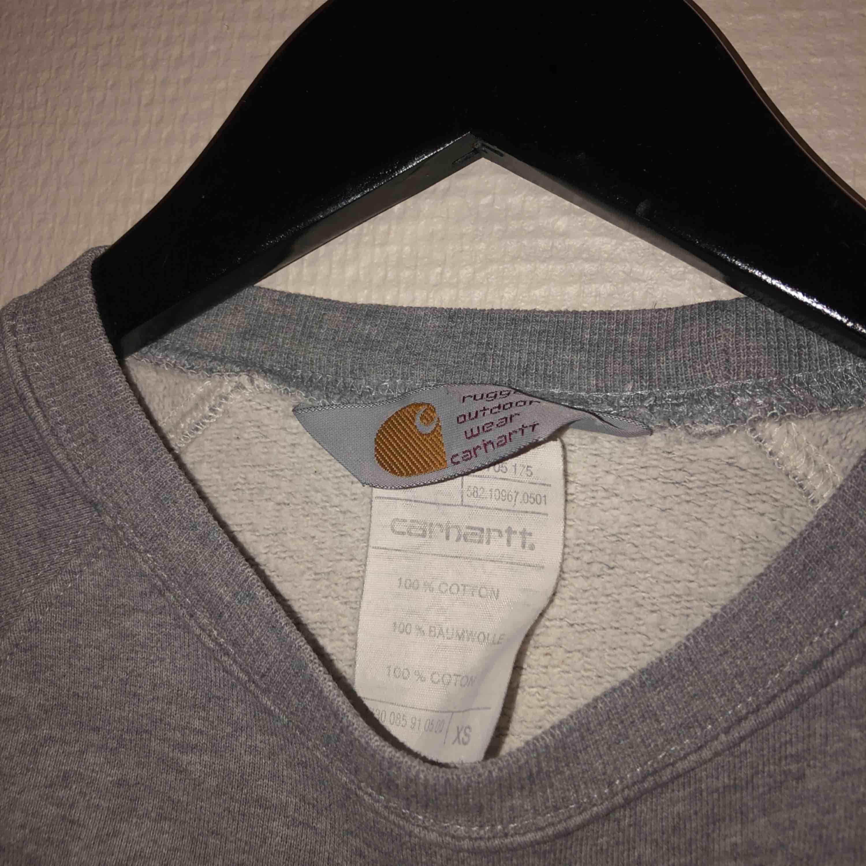 Säljer en fin carharrt tröja som jag köpte här på Plick för ett tag sedan, men jag säljer den pågrund av att den är lite för liten ☹️ Finns i Falun men kan annars skicka den mot fraktkostnad 💕. Huvtröjor & Träningströjor.
