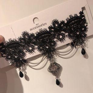 Choker från Nelly🌸Ny.  Svart elastisk spets som är bekväm. Snygg till jul/nyårs outfiten. Köpare betalar ev frakt.