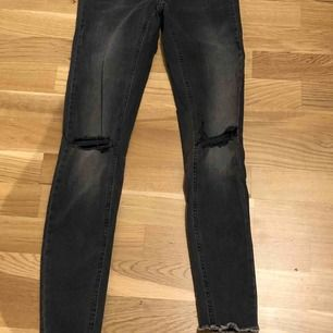 Gråa jeans från Gina tricot med snygga slitningar, storlek 36