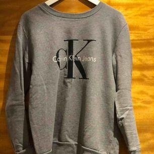 Calvin Klein tröja i grå nyans. Knappt använd. Storlek S men går som XS/S eller M
