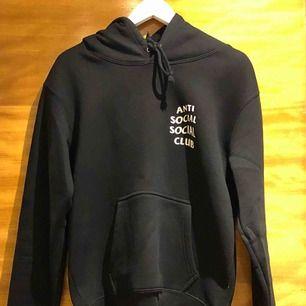 Anti social social club hoodie i storlek S/M, knappt använd. AA kopia