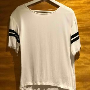 """Supersnygg T-shirt med """"fladdrigt"""" material, slitningar vid armar. Storlek 36. Från Design Only"""