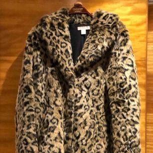 Snygg leokappa i fuskpäls från H&M, storlek S men går som M med. Köptes för 900kr.