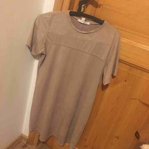 """Lång """"t-shirt"""" i mocka, jättefin på och den formar kroppen 💕"""