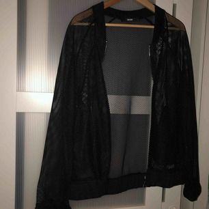 Nice kofta/jacka från Monki i storlek L. Sitter bra XS-L beroende på hur en vill ha den. Finns i Göteborg men jag kan frakta!