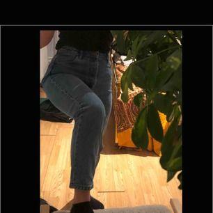 """Knappt använda """"mom jeans"""" från Zara! Höga i midjan och grövre blått jeansmaterial."""