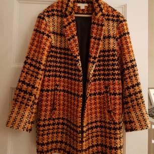 Orange rutig kappa från HM. Inköpt vår 2018. ALDRIG ANVÄND! nyskick!  OBS!!! Möts upp i Malmö Möts upp i Stockholm 22 Dec-30 Dec Skickar mot fraktkostnad