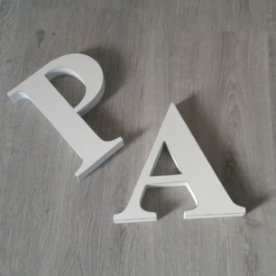 Säljer två vita träbokstäver A och P, fint och relativt oanvända i skick! Antingen 50kr för båda eller 30kr/st. Kan skickas men då betalar köparen för frakt🎉 Betalas med swish🙈
