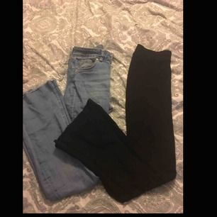 """Säljer 2 st bootcut byxor ett par ganska """"populära"""" svarta från Gina tricot och sen ett par blåa jeans bootcut"""
