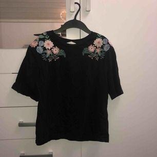 Jättefin t-shirt med fina detaljer på axlarna, använd 3 gånger. Säljes då den aldrig kommer till användning. Köpare står för frakt.