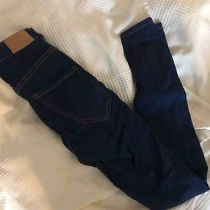 Mörka jeans från Gina Tricot i modellen Molly! Bra skick, inte mycket använda.  Frakt: 55kr!