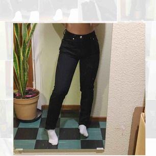 Ett par högmidjade jeans från weekday i färgen Seattle black. Är avklippta vid ankeln, jag är 160 och byxorna går ner till fötterna i vanlig höjd på mig, men blir kortare för de som är lite längre. Står L28, men skulle säga att byxorna är snarare L30.