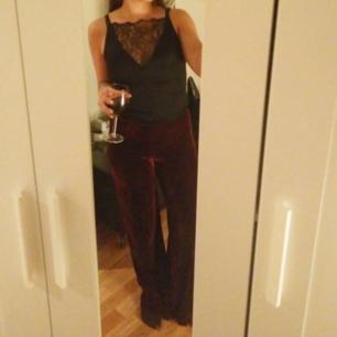 Fina vinröda vida sammetsbyxor från Bikbok. Sköna och stretchig. Storlek xs men passar även s. Jag har själv storlek 36-38 i byxor.