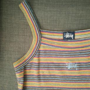 Säljer min fin vintage 90-tals stil klänning från Stussy! Den passar storlek xxs-s tycker jag. Kort klänning. Jag är lite under 160cm och har storlek xs-s/36-38 i bilden. Frakt ingår i priset! Du får en extra present på köpet :)