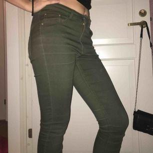 Ett par militär gröna byxor från bik bok. Storleken är small, men jag brukar vara typ en Medium så ni kan se på bilderna hur de sitter på mig. I gott skick, och säljer pga att jag inte använder dem längre.