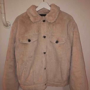 Oanvänd vår/höst jacka i väldigt bra skick, precis som ny. Jackan sitter oversize på mig som har storlek S/M. Köpt för 800kr men säljer för 500kr.