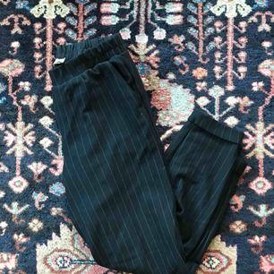 Kritstreck randiga marinblå byxor från Bershka, sparsamt använda!  Frakt: 55kr🎈💌