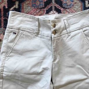 Fina beiga byxor från Hilfiger, knappt använda!  Frakt: 55kr🎈💌