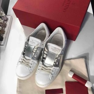 ⚡️Open Sneakers Metallic strl. 36,5. Kartong, extra laces, dustbag samt kvitto medföljer.   ▪️ Vid frågor om skostorlek/skomodell så hänvisar jag till Valentinos hemsida.  ▪️Priset är INTE förhandlingsbart. ▪️Som köpare står du för eventuell fraktkostnad.