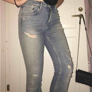 Ett par skinny ripped jeans från hm, med High waist. De är menade att se slitna ut och köptes på de sättet, så de smuts/missfärgning man kan se på bilden är egentligen bars färgen på byxorna