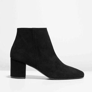 Helt nya, aldrig använda mockaboots från Jennie-Ellen. Klacken är 6cm. Verkligen de skönaste bootsen jag äger (har samma modell i andra färger men måste sälja dessa pga platsbrist..) Nypris: 1750kr, mitt pris: 950kr ✨