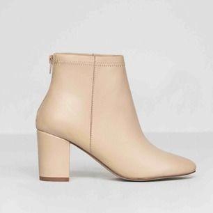 Beiga boots i skinn från Jennie-Ellen, endast använde ett fåtal gånger så i väldigt fint skick. Nypris: 1450kr, mitt pris: 300kr✨