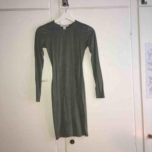 Sjjuuuukt fin militärgrön klänning i mocka imitation från NLY Trend (Nelly.com). Perfekt till jul, jag hade den förra julen, jättefint skick och jätteskönt material. Säljer den för att den nu blivit förliten fast det är min favoritklänning.
