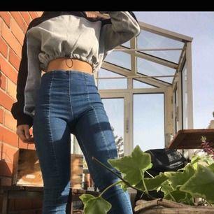 """Snygga byxor med söm bak och fram. Är i stretchigt material, ungefär som """"jeggings"""" jeans+leggings. Är stl XS men funkar lika bra för S. Möts och fraktar."""